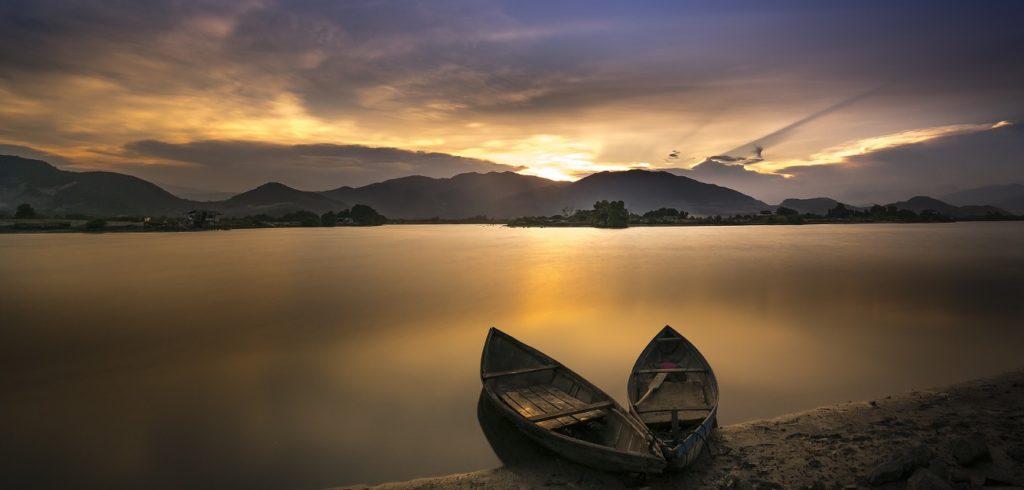 美しい夕日の湖