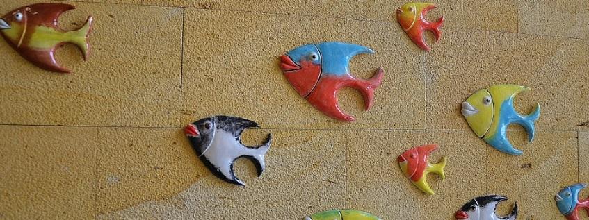 壁に飾った魚のオブジェ