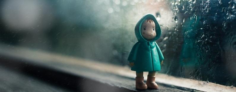 窓辺の子供の人形の写真